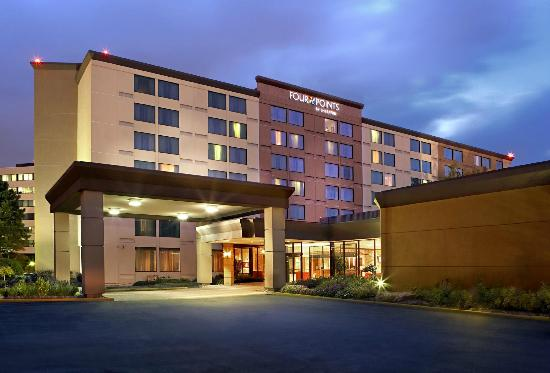 Four Points by Sheraton Toronto Airport: Exterior shot of the hotel