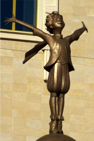 """قازان, روسيا: """"Поющий мальчик"""" на фронтоне нового кукольного театра, Казань """