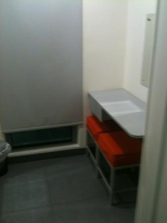 easyHotel Dubai: other end of the room