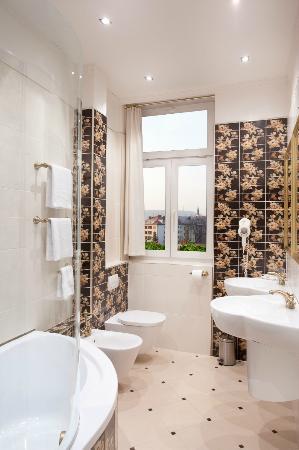 Green Garden Hotel: Bathroom