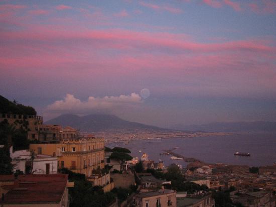 Via Caracciolo e Lungomare di Napoli : è il panorama di napoli che si vede la sera dal balcone di casa;in fondo alle nuvole c'è la  lun