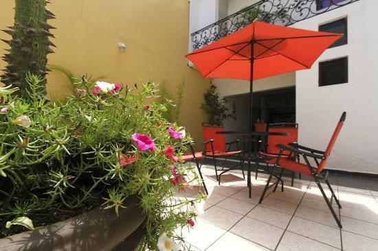 Cielo Rojo Hostel, Oaxaca: Green Patio