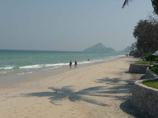 Hyatt Regency Hua Hin: Beach outside pool area to the south