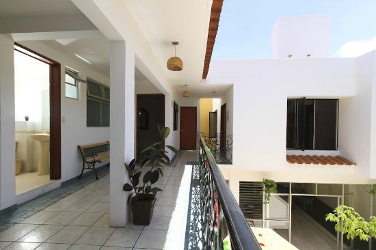 Cielo Rojo Hostel, Oaxaca: Hall & Rooms