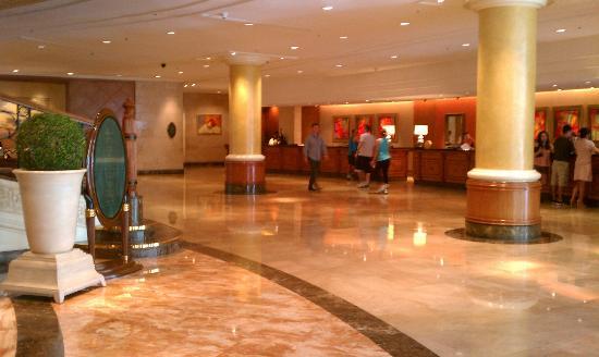 Makati Shangri-La Manila: Lobby/Check-In