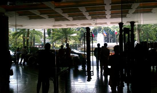 Makati Shangri-La Manila: View of outside from the lobby