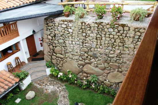 Quinua Villa Boutique: Courtyard area - Incan wall