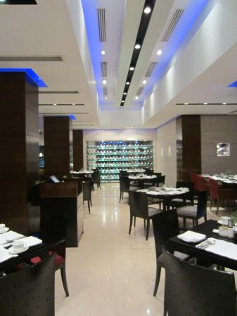 Radisson Blu Plaza Delhi Airport: Breakfast and Bar area