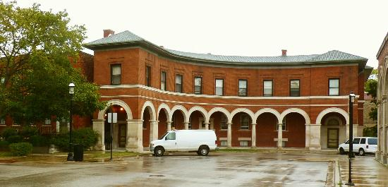 Pullman Historic District : The Colonnade Apartments originally housed visitors from the 1893 Columbian Exposition