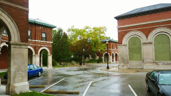 Pullman Historic District : The boarded up Marketplace and the Colonnade Apartments built for the 1893 Columbian Exposition