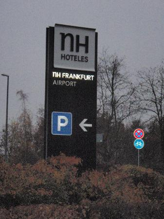 NH Frankfurt Airport: NH Hotel Frankfurt Airport - Sign by entrance