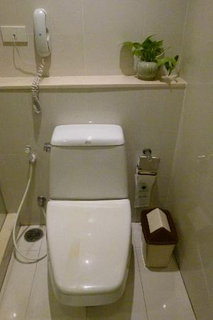 Centre Point Hotel Silom: Vom Bad getrennte Toilette mit Telefon.