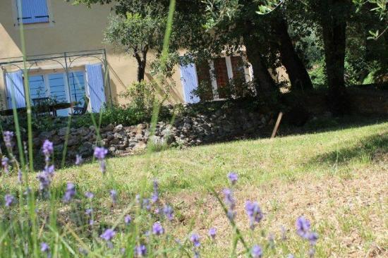 Aux Sources : La maison d'hôtes depuis le jardin