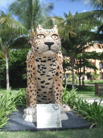 Barcelo Maya Tropical: statue beside beach