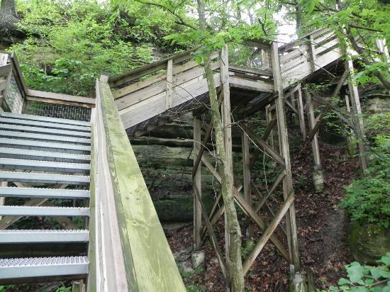 Starved Rock State Park: Steps from Lodge down to trails