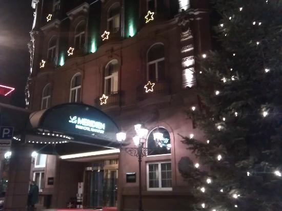 Le Meridien Frankfurt: Frontage at night 
