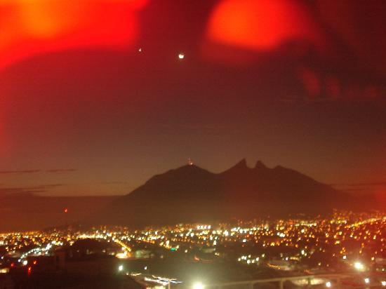 Crowne Plaza Monterrey: vista del cerro de la silla desde la habitacion