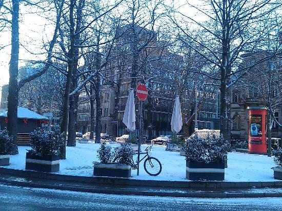 Le Meridien Frankfurt: View from front door on a snowy morning
