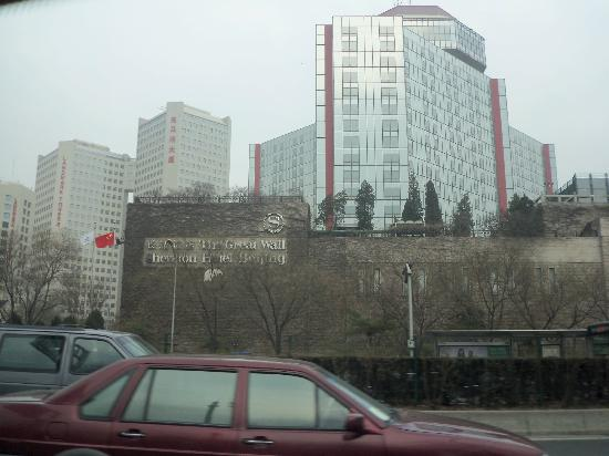 The Great Wall Sheraton Hotel: Vista desde la calle