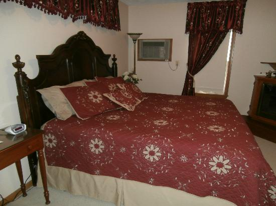 Die Heimat Country Inn: One of the king size bed rooms.