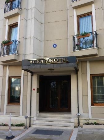 Acra Hotel: La facciata dell'albergo
