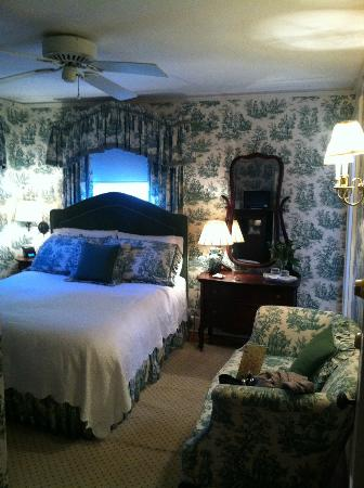 Pinecrest Bed and Breakfast: Our bedroom - cute and cozy.