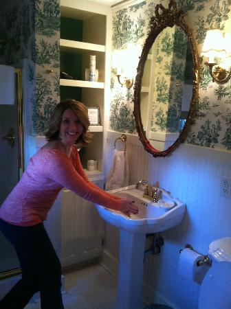 Pinecrest Bed and Breakfast: Loved the quaint bathroom attached to our room.