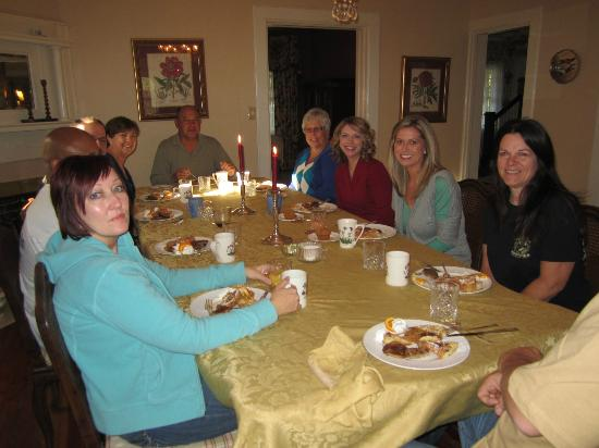 Pinecrest Bed and Breakfast: Breakfast with all the guests