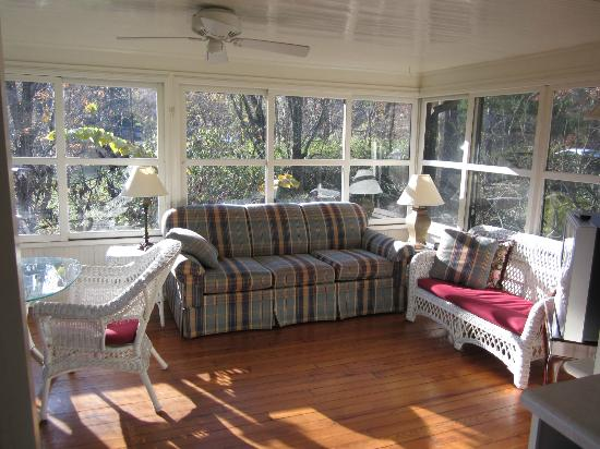 Pinecrest Bed & Breakfast: Beautiful patio room for guests to enjoy.