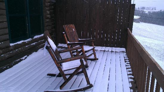Bear Mountain Lodge: Snow Covered Deck Chairs