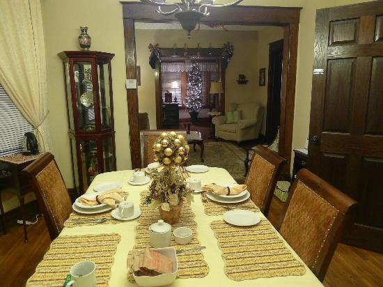 Ambiance by the Falls Bed and Breakfast: dining room