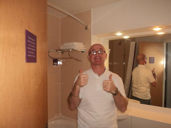 Premier Inn Glasgow City Centre (George Square) Hotel: bathroom spotless