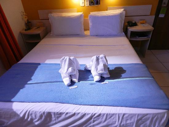 เบสท์ เวสเทิร์น โฮเต็ล ทาโรบา เอ็กซ์เพรส: toalhas na cama