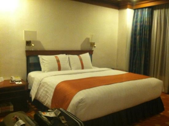 Holiday Inn Manila Galleria: king size bed