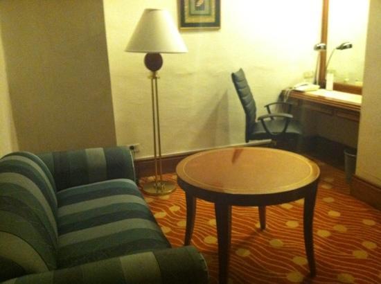 هوليداي إن مانيلا جاليريا: Sitting/Work area