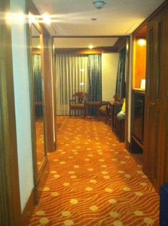 Holiday Inn Manila Galleria: mini bar/closet on right, bathroom on left