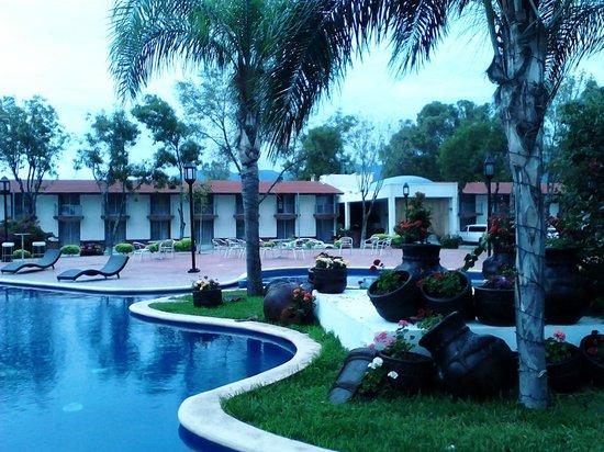 Mision Monterrey Centro Historico: area de habitaciones frente a la alberca