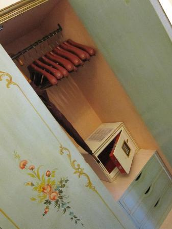 Giorgione Hotel: inside wardrobe with hangers and umbrella