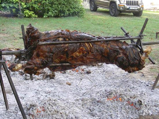 Les Terrasses de Cailla: a chaque evenement ALFRED fait cuire un veau à la broche à tout le village