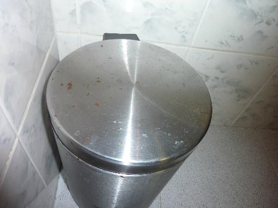 "Hotel Pula : ""clean"" dustbin"