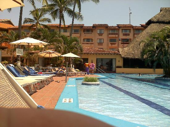 Canto Del Sol Plaza Vallarta: Sitting near an outside bar looking back at small part of Hotel