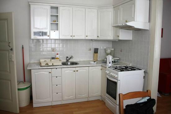 Apartments Tynska 7: Cucina. A sinistra c'è il bango, la doccia con piccolo lavandino, senza water