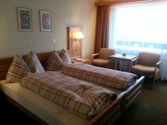 Hotel Restaurant Alpina Grindelwald: Cozy room with balcony