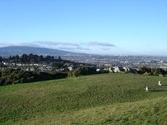 Fitzpatrick Castle Hotel Dublin: View of Dublin from Killiney Hill behind hotel (5 mins walk)