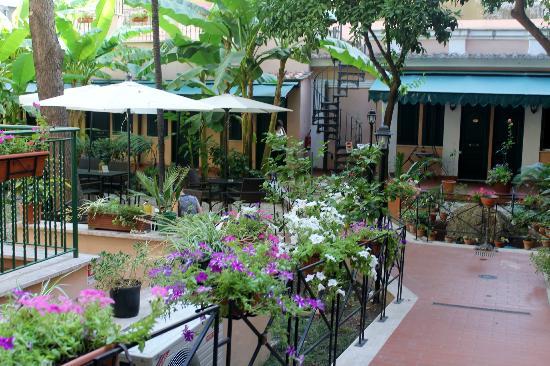 Astoria Garden: EL JARDIN ES MUY BONITO.