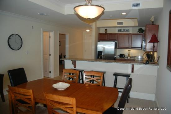 Holiday Isle Resort: Convenient kitchen and breakfast bar