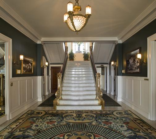 Glorietta Bay Inn: Mansion Staircase