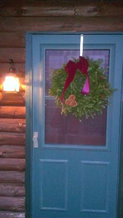 ‪‪Bear Mountain Lodge‬: Festive Wreath on our Room Door‬
