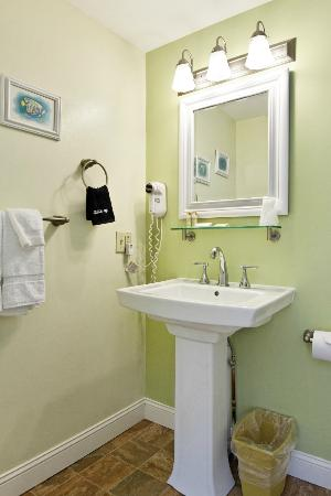 Glen Cove Inn & Suites: Private Bath
