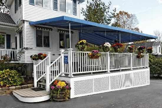 Glen Cove Inn & Suites: Covered Deck for Breakfast or Relaxing Anytime of Day